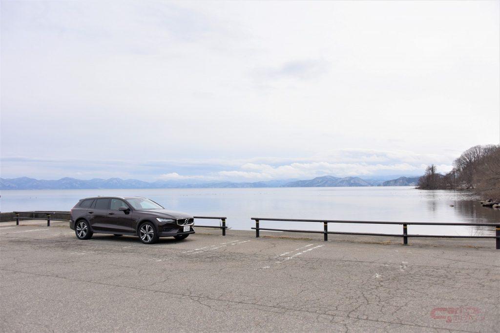 天鏡湖とボルボ・V60クロスカントリー