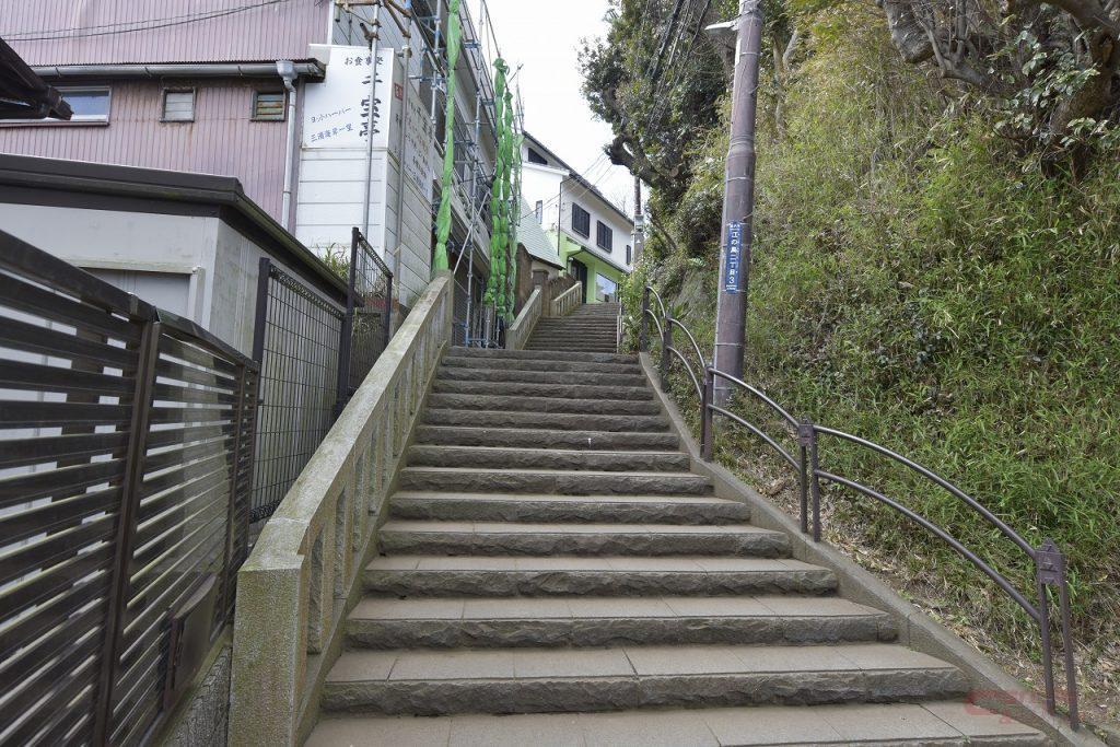 江の島の頂上に続く階段