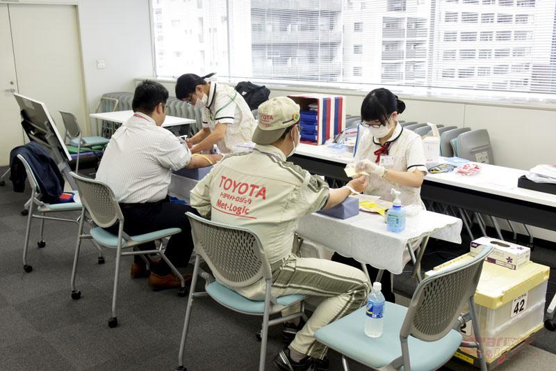 献血前の血液型検査風景