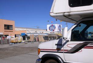 鮮魚市場とキャンピングカー