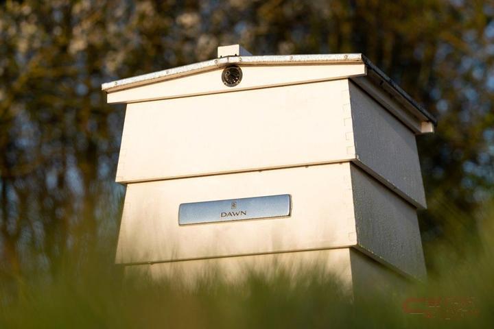 手作りのプレートが付けられた養蜂箱