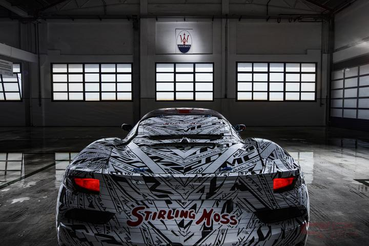 MC20のリヤに記されたスターリング・モスのサイン