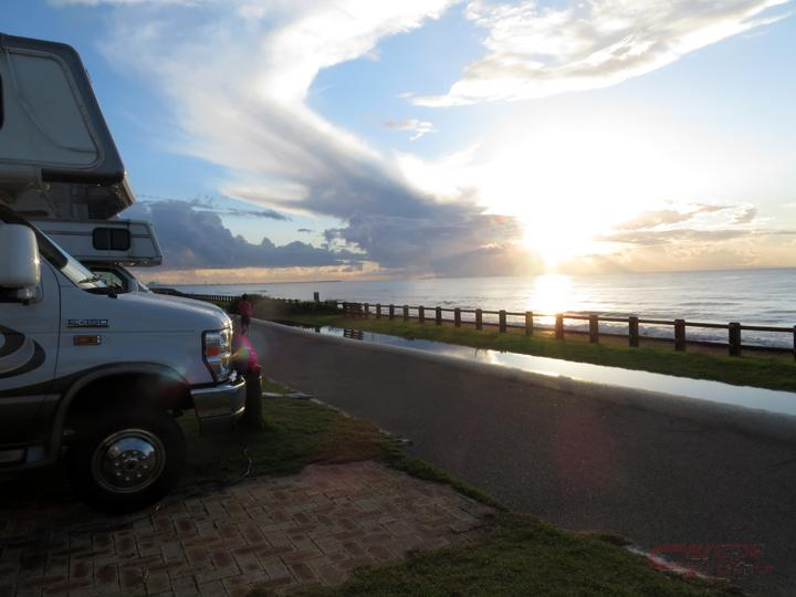 漁港とキャンピングカー