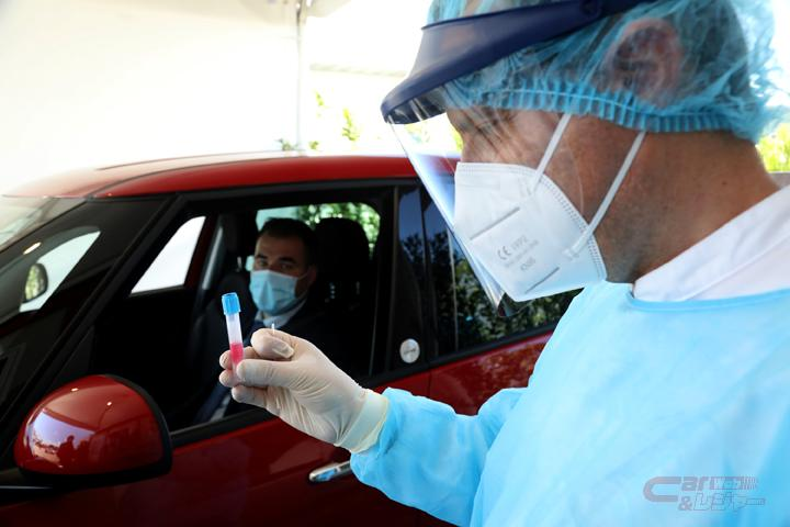 医療従事者とクルマに乗車した検査対象者