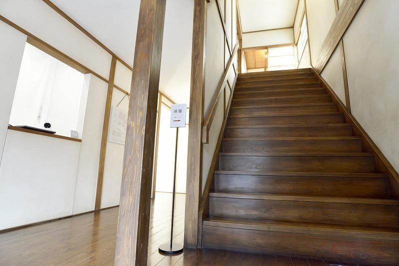 玄関スペース。階段はミシミシ音が鳴る様も再現