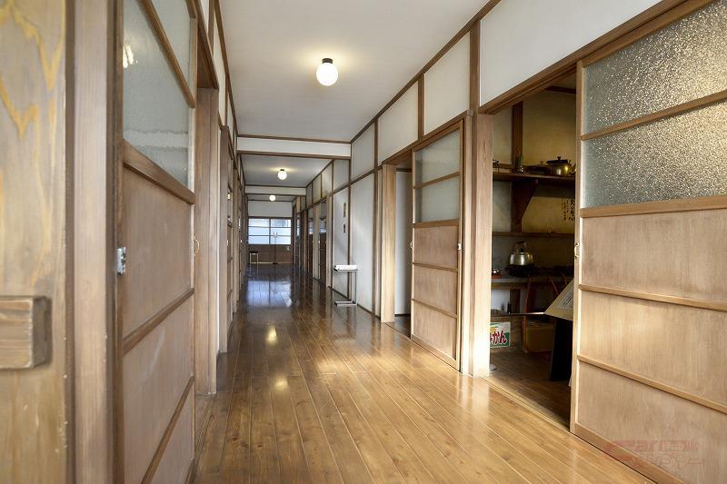 昭和のアパートでよく見られた、各部屋が並ぶ廊下