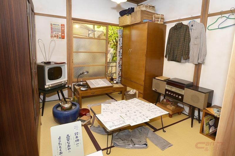 「マンガ家の部屋」。よこたとくおの部屋を再現