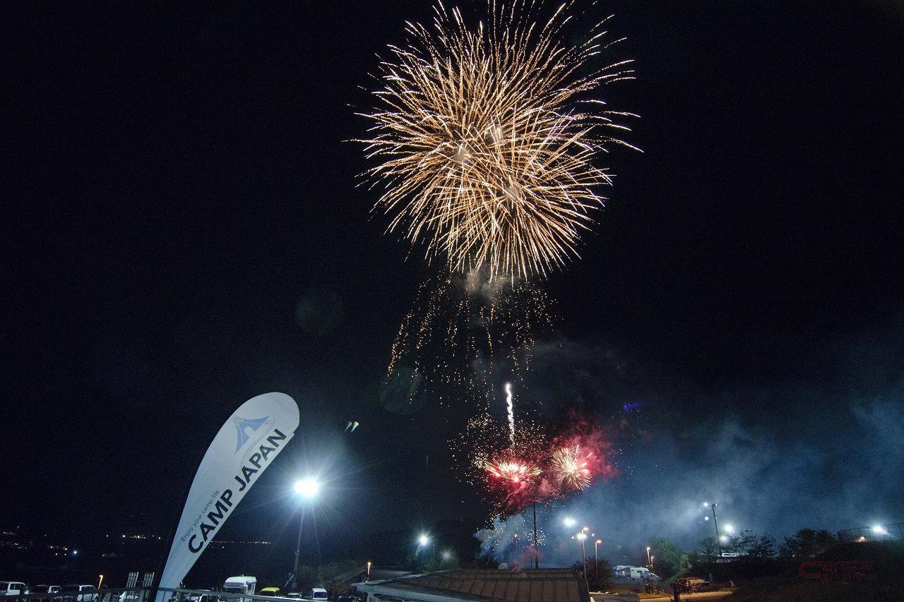 キャンプジャパンの夜空を彩る花火