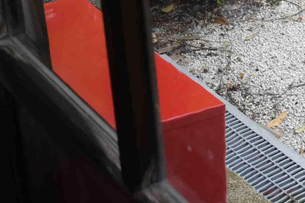 窓ガラス越しだと箱の輪郭が歪んで見える