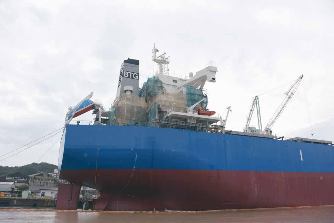 水線が上がった貨物船。スクリューも見える