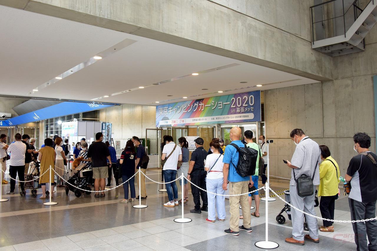 東京キャンピングカーショー2020入口に並ぶ来場者の列