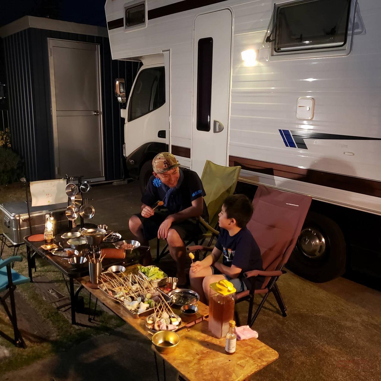 家キャンプでBBQをする親子