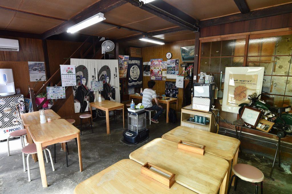 小鹿野店の店内はテーブル席が10数席。日野田店には座敷席もある