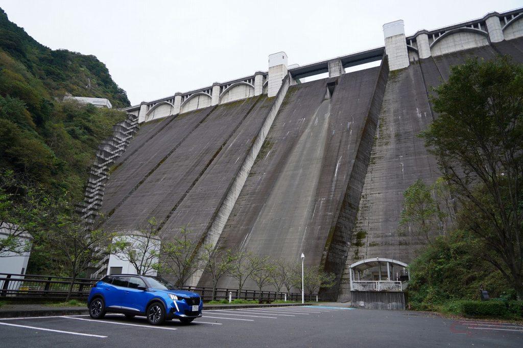 浦山ダムのダム下駐車場で愛車とのツーショット写真も撮影可能