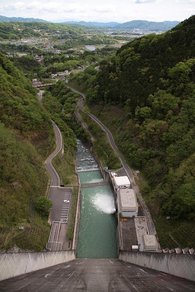 ダム天端からの眺めは、秩父市街地を見下ろす絶景だ