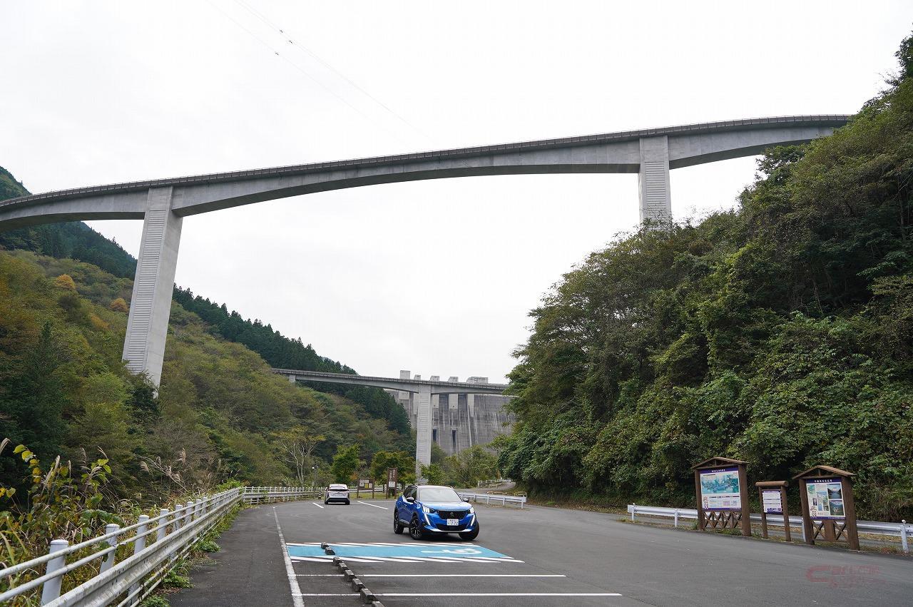 滝沢ダムと雷電廿六木橋と愛車のスリーショットは、ダム下流広場で撮影できる