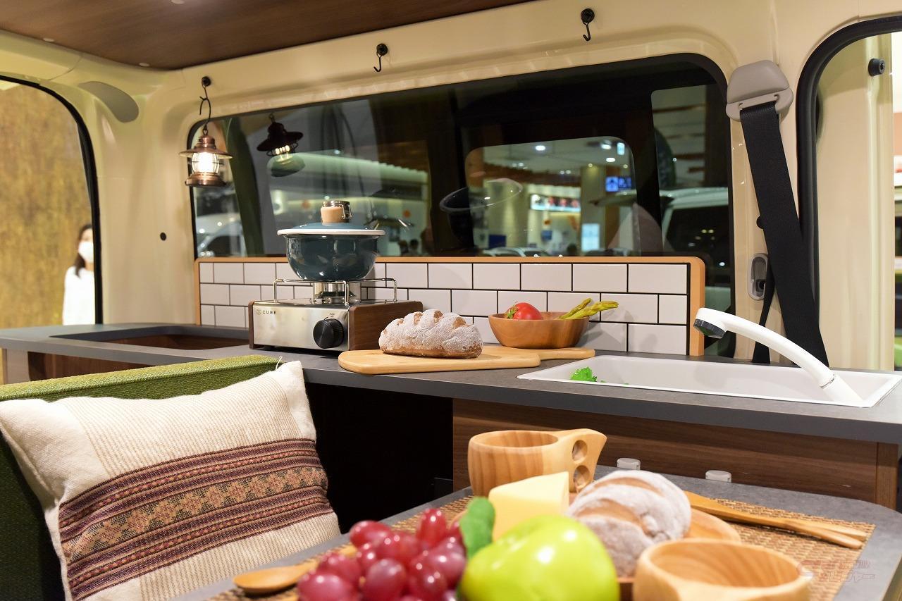 グリーンバディ。Aタイプの簡易キッチンに貼られた美濃焼タイル