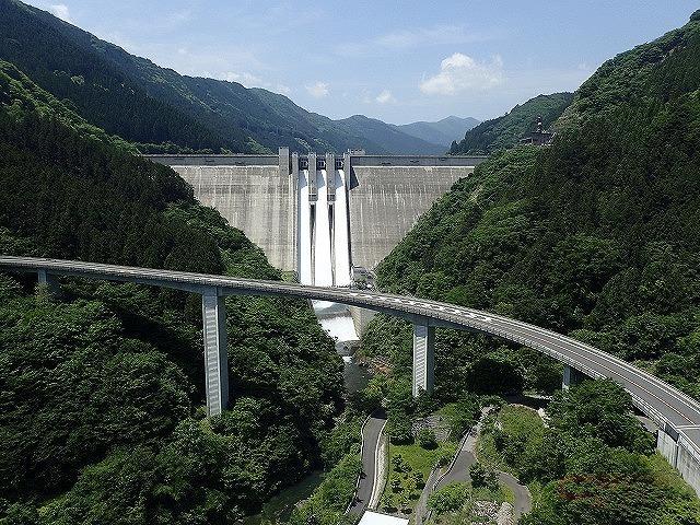 雷電廿六木橋を走行すると滝沢ダムが目の前に現れる(写真提供:荒川ダム総合管理所)
