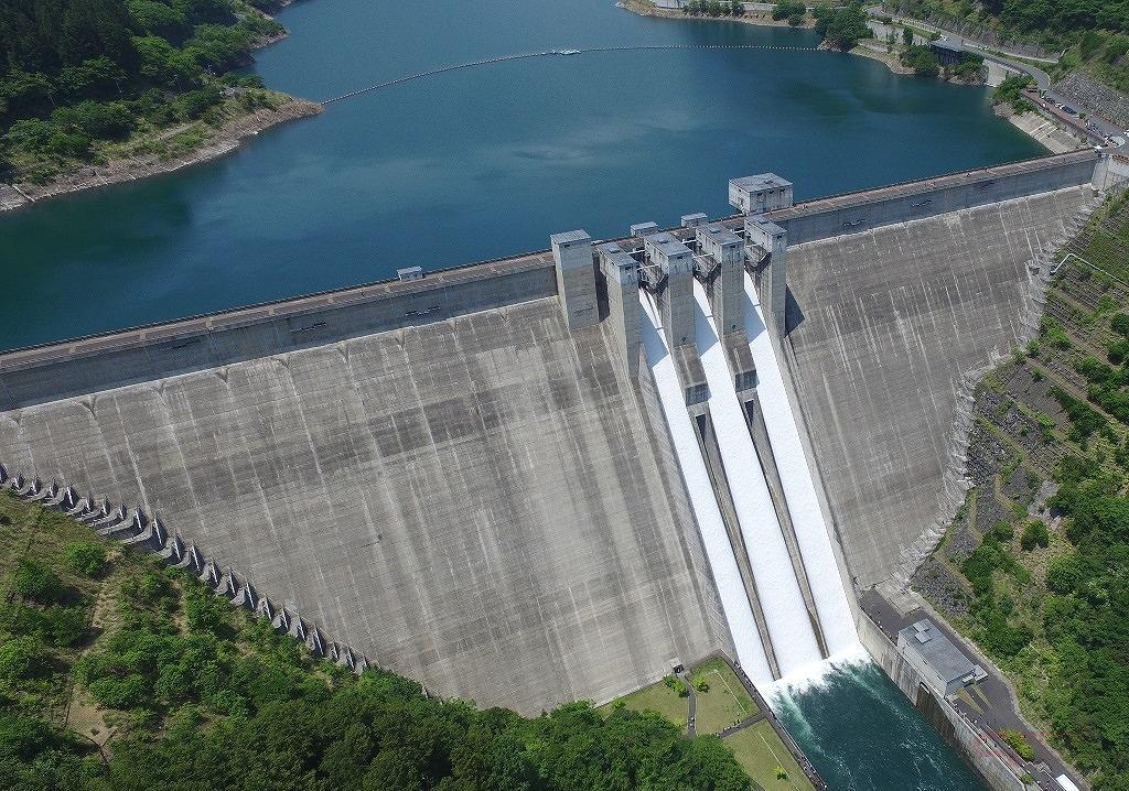 堤高は132m、堤頂長424mの滝沢ダム(写真提供:荒川ダム総合管理所)