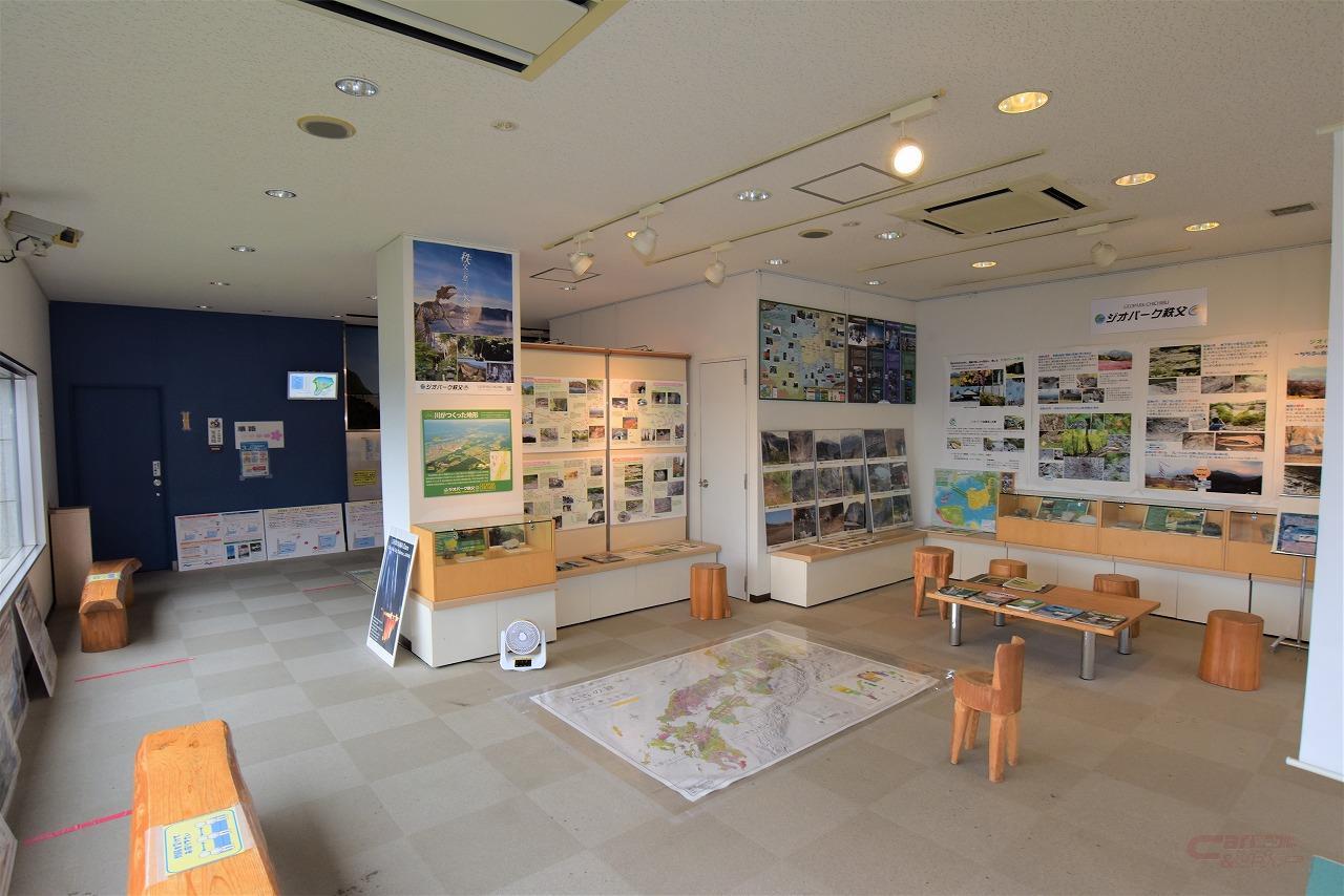 うららぴあの内部は休憩所やジオラマ、ダム写真展などが無料で開放されている