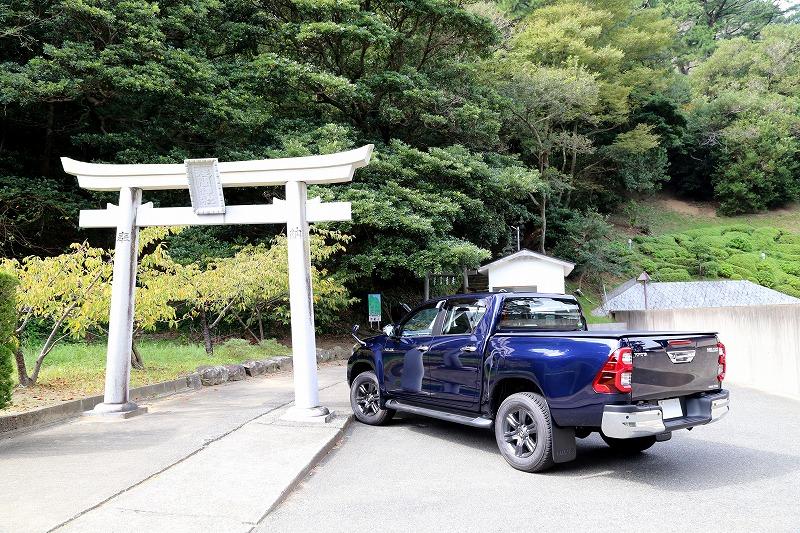 参道の入口には駐車場とトイレが完備されている