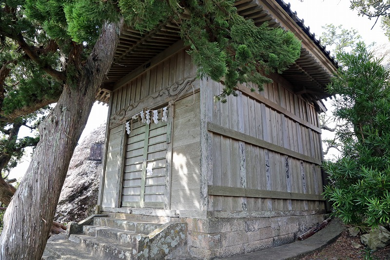 烏帽子山の山頂に建つ雲見浅間神社の本殿