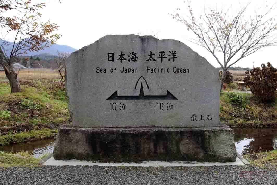 駅前にある分水嶺を示す石碑