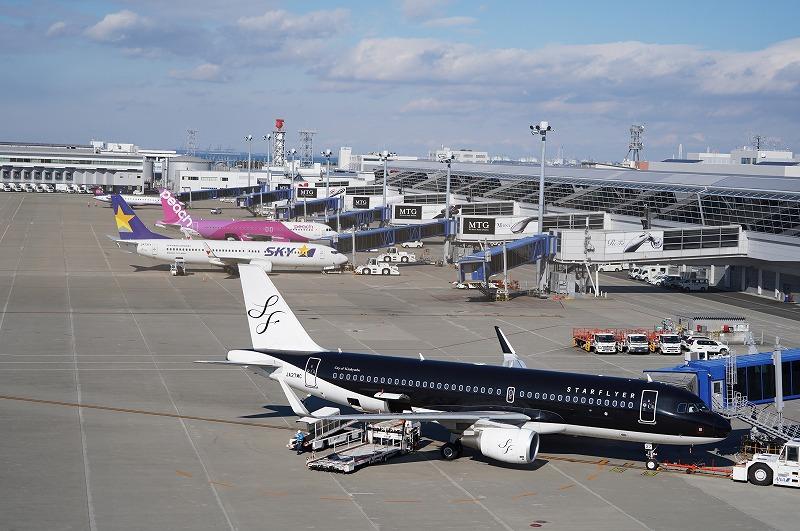長さ約300メートルの総ウッド張りの屋外デッキ「スカイデッキ」からは飛行機が間近に見れる。