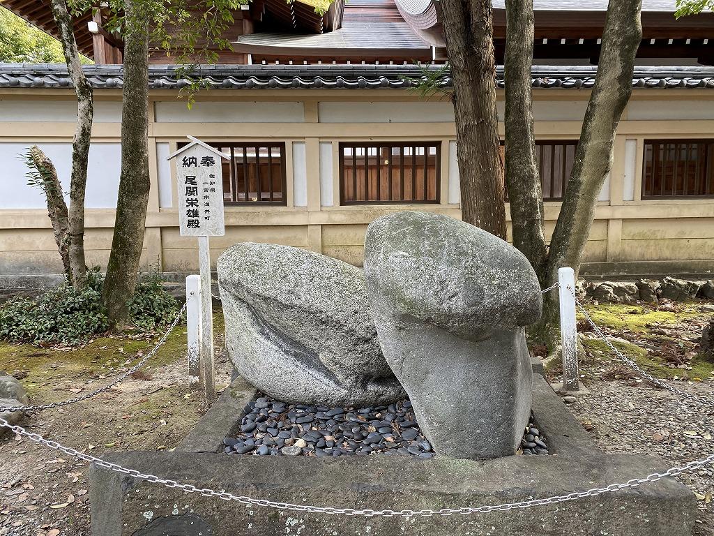 男根を連想させる奇石などは境内の至るところに見られる