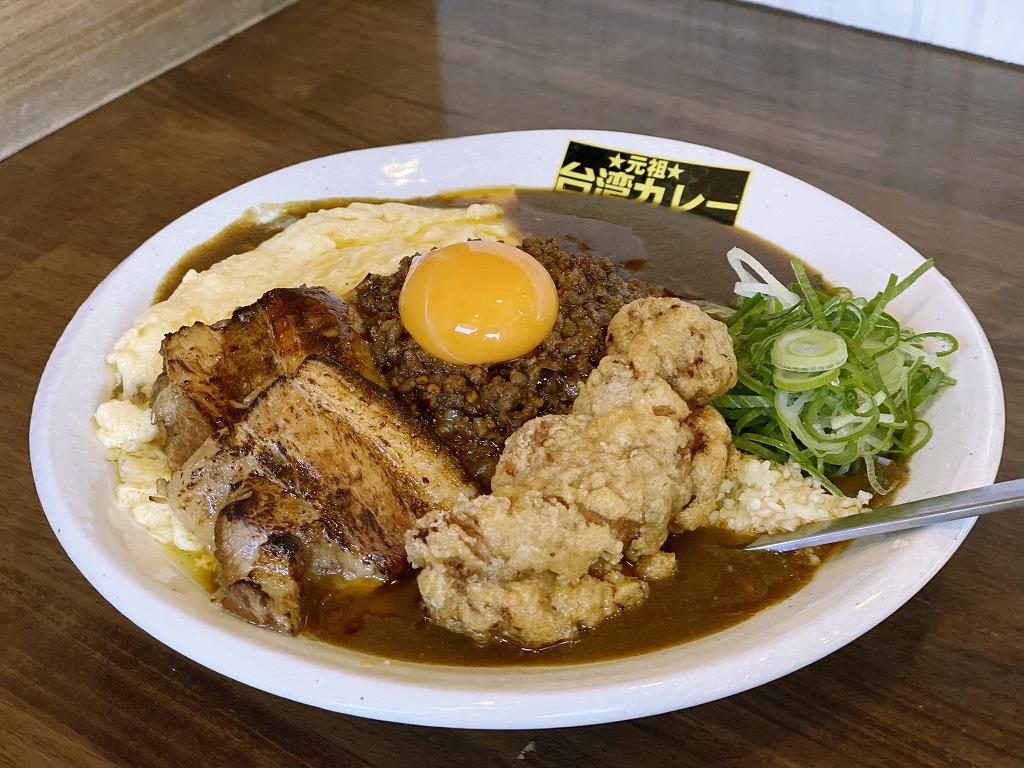 よくばり台湾カレー(1400円)。唐揚げ・炙りトロ肉・半熟卵焼き・九条ネギがトッピングされた、まさによくばりな大食いの人でも満足できるボリュームだ