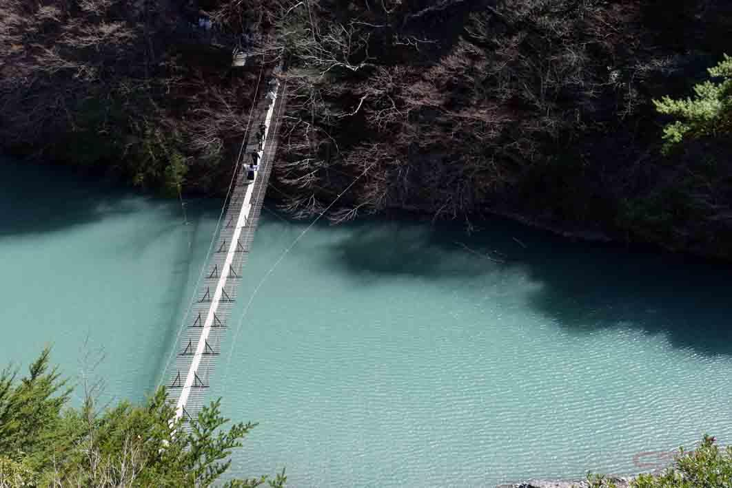 階段の途中にはこんな景色も。吊り橋を渡る人が米粒のように小さく見える