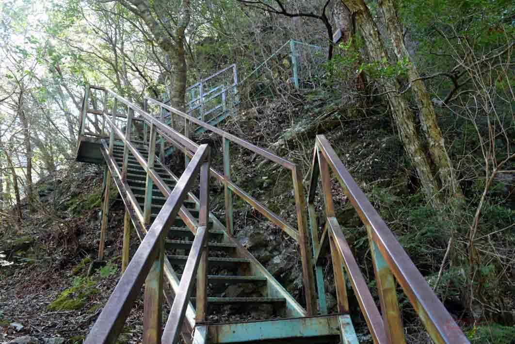 対岸に着くと階段が待っている