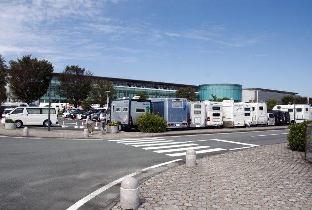 熊本メッセの会場に注射するキャンピングカー