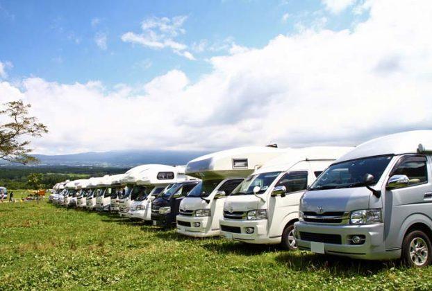 キャンプ場に並ぶキャンピングカー