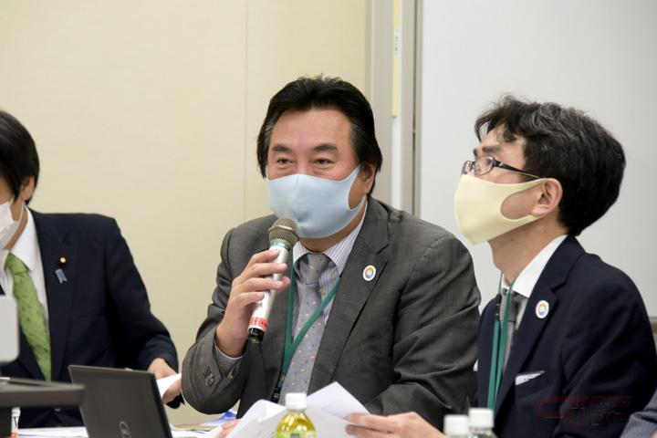各省庁の担当者を前に、キャンピングカー業界の現状と課題についてプレゼンする日本RV協会荒木会長