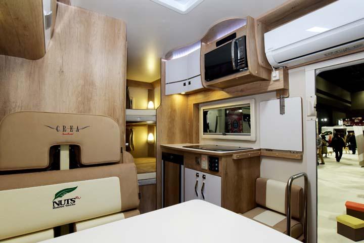 冷蔵庫や電子レンジ、エアコンが標準装備されたクレアの室内