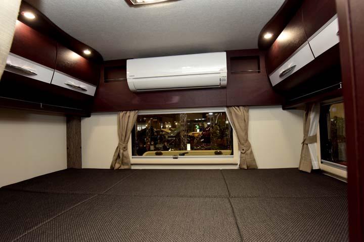 ボーダーバンクスの家庭用エアコンが設置されたリヤダブルベッド