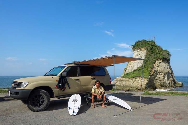 クルマでサーフィンに出かけたイメージ